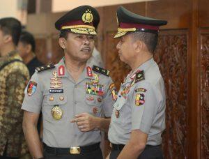 Kepala Divisi Propam Mabes Polri Irjen Pol  Idham Azis (kiri) berbincang dengan koleganya saat menghadiri upacara Korps Rapor Kenaikan Pangkat Pati Polri di Gedung Rupatama, Mabes Polri, Jakarta, Jumat (21/7).
